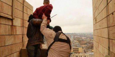 Momento de la ejecución de una persona acusada de ser homosexual Foto:Twitter