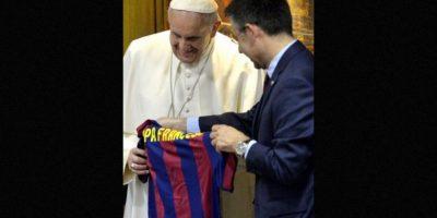 5 de febrero: El Papa Francisco recibe una camiseta con del equipo F.C. Barcelona su nombre Foto:AFP