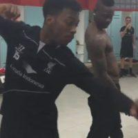 Sturridge y Balotelli bailando en los vestuarios. Foto:instagram.com/dstudge