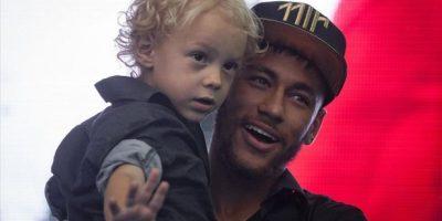 El futbolista brasileño vivió junto con su hijo un momento especial en la sede del club culé. Foto:Publinews