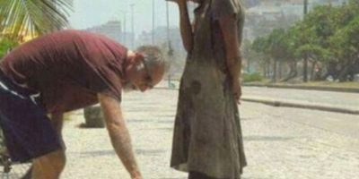 Este hombre le da a una mujer sus zapatos en Río de Janeiro Foto:Tumblr
