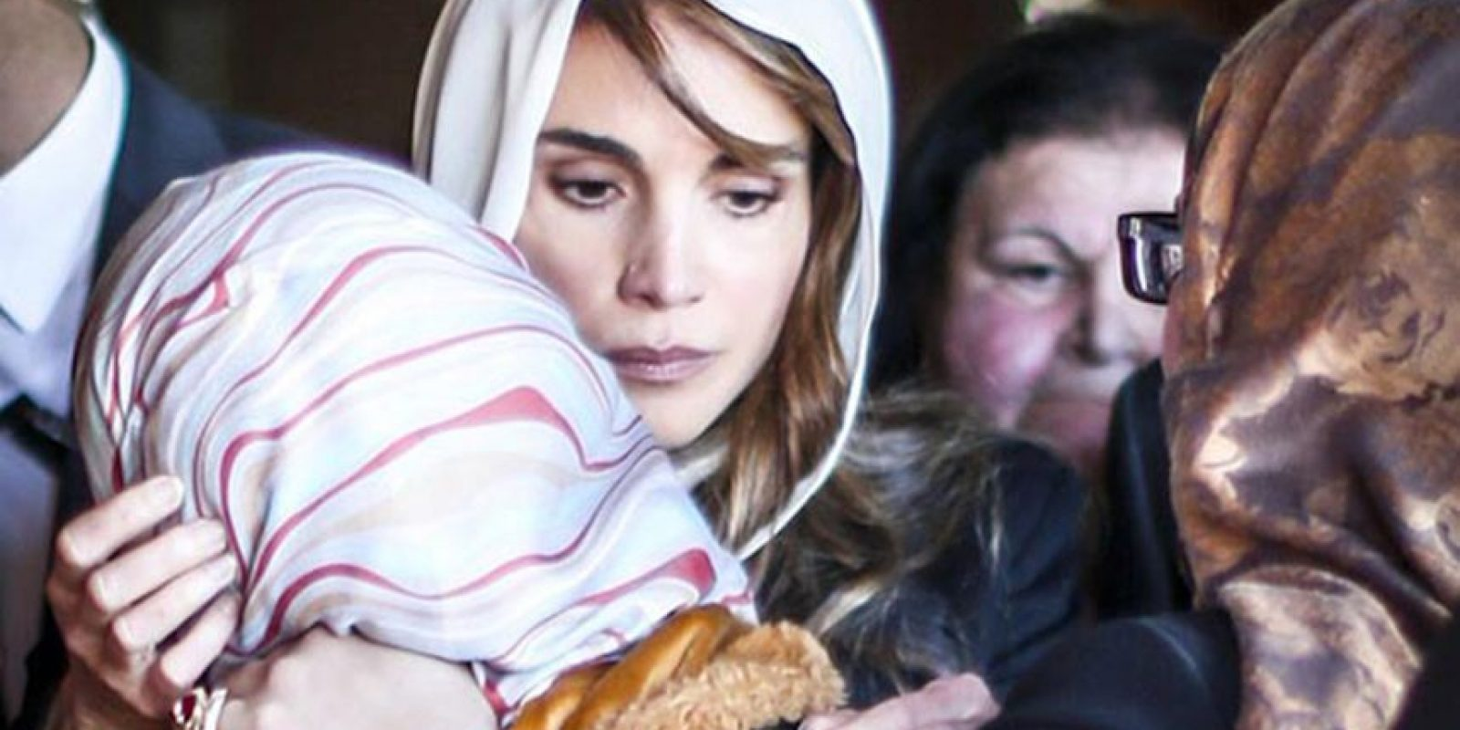La reina Rania de Jordania consuela a la esposa del piloto asesinado. Foto:AFP
