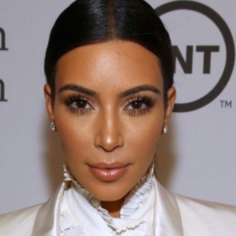 Kim Kardashian: Aunque hay quienes aseguran que el enorme trasero de Kim Kardashian es el resultado de una cirugía cosmética, según varios sitios (incluido Mail Online), la famosa prometida de Kanye West padece esteatopigia, la condición por la cual se acumulan grandes cantidades de grasa en las nalgas. Foto:Getty Images