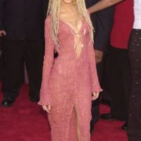 Christina Aguilera, en 2001, luciendo el trapo color salmón que fue tela de muchos desafortunados trajes en esa macabra época de cambio de milenio. Foto:Getty Images