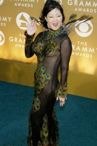"""Margaret Cho hizo cásting para la famosa película de patinadores llamada """"Deslizando la Gloria"""", pero no quedó. Usó esto en los Grammy de 2004. Foto:Getty Images"""