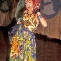 Cyndi Lauper en 1984, recordándonos por qué algunas cosas de los 80 fueron más vergonzosas que nuestras fotos adolescentes. Foto:Getty Images