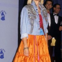 Olivia Newton John en 1987, con un look entre hippie y rocambolesco. Foto:Getty Images