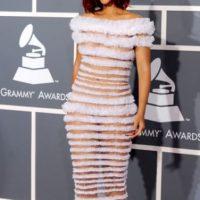 Jean Paul Gaultier hizo un vestido con la espuma de alguna de las cajas de sus vestidos y a Rihanna le pareció buena idea usar el concepto en 2011. Foto:Getty Images