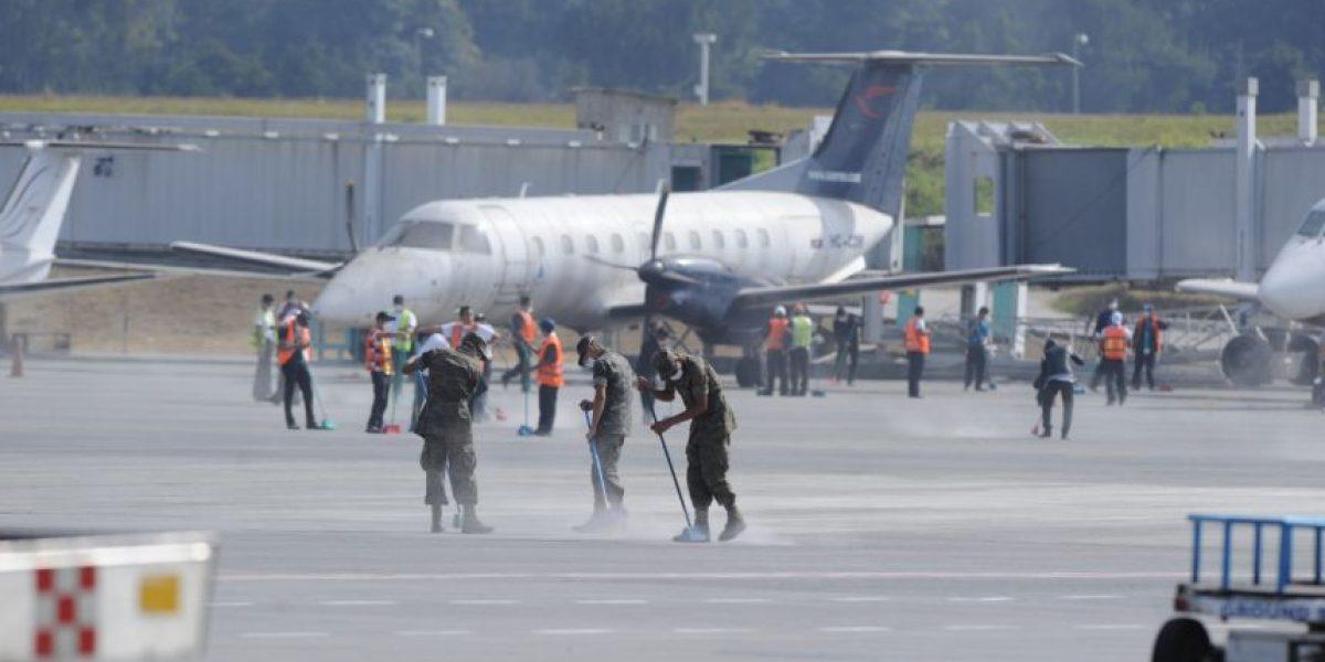 FOTOS. Soldados colaboraron en la limpieza de la pista del aeropuerto La Aurora