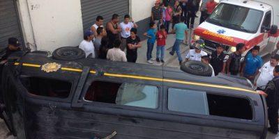 FOTOS. Tres agentes lesionados al volcar unidad policial