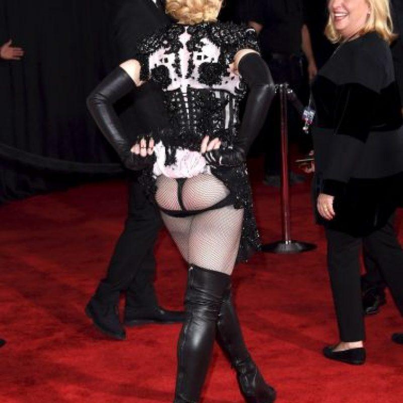 Además, se levantó la falda para mostrar su trasero a los reporteros Foto:Getty Images