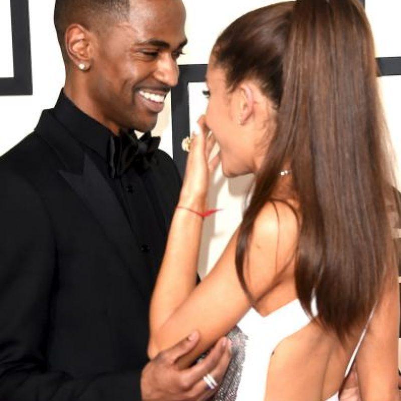 La cantante Ariana Grande mostró su tonificada espalda en la alfombra roja Foto:Getty Images