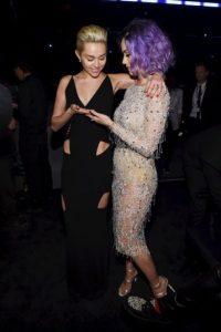 Miley y Katy se saludaron antes de iniciar la ceremonia Foto:Getty Images