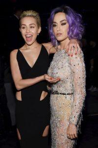 """La ocasión la aprovechó Cyrus para """"toquetear"""" a su amiga Foto:Getty Images"""