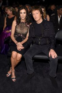 Sentado junto a Nancy Shevell Foto:Getty Images