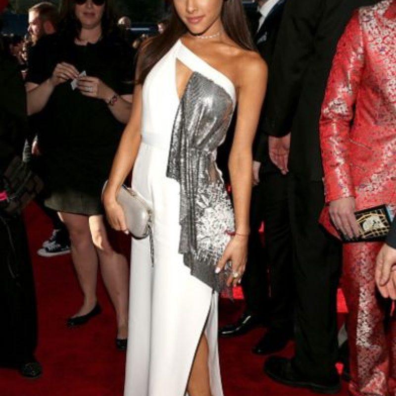 Ariana Grande todavía no acierta con su estilismo. ¿Qué es ese pedazo de metal ante un vestido que podría ser perfecto? Foto:Getty Images