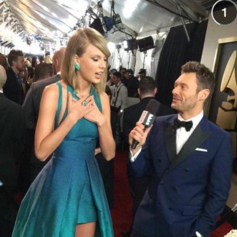 Taylor Swift, excelente con su vestido aguamarina. Se puede innovar sin perder elegancia. Foto:Twitter