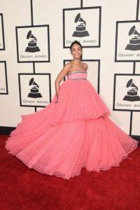El vestido romántico que Rihanna usó en los Grammy 2015 y creación de Giambattista Valli ha dado para todo tipo de burlas. Foto:Getty Images