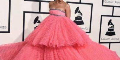 Rihanna es otra que aparte de Lena Dunham hace que sus vestidos se vean espantosos. Foto:Getty Images