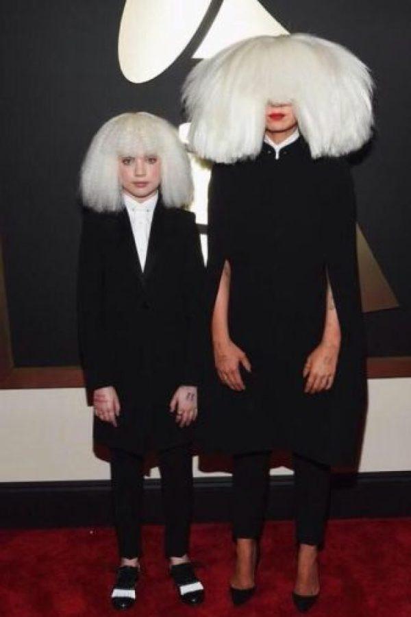 Sia quiso ser más conceptual. Mucho. Como pieza de moda esto quedaba perfecto en editorial. Foto:Getty Images