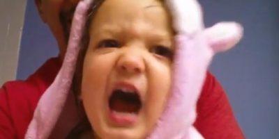 Esta pequeña de dos años ha cautivado en Youtube debido a su forma tan peculiar de cantar el abecedario. Foto:Vía Youtube: cb6652
