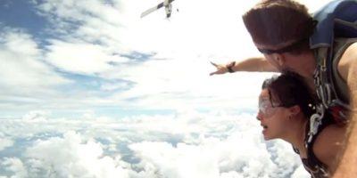 VIDEO: Paracaidistas casi son impactados por el avión del que saltaron