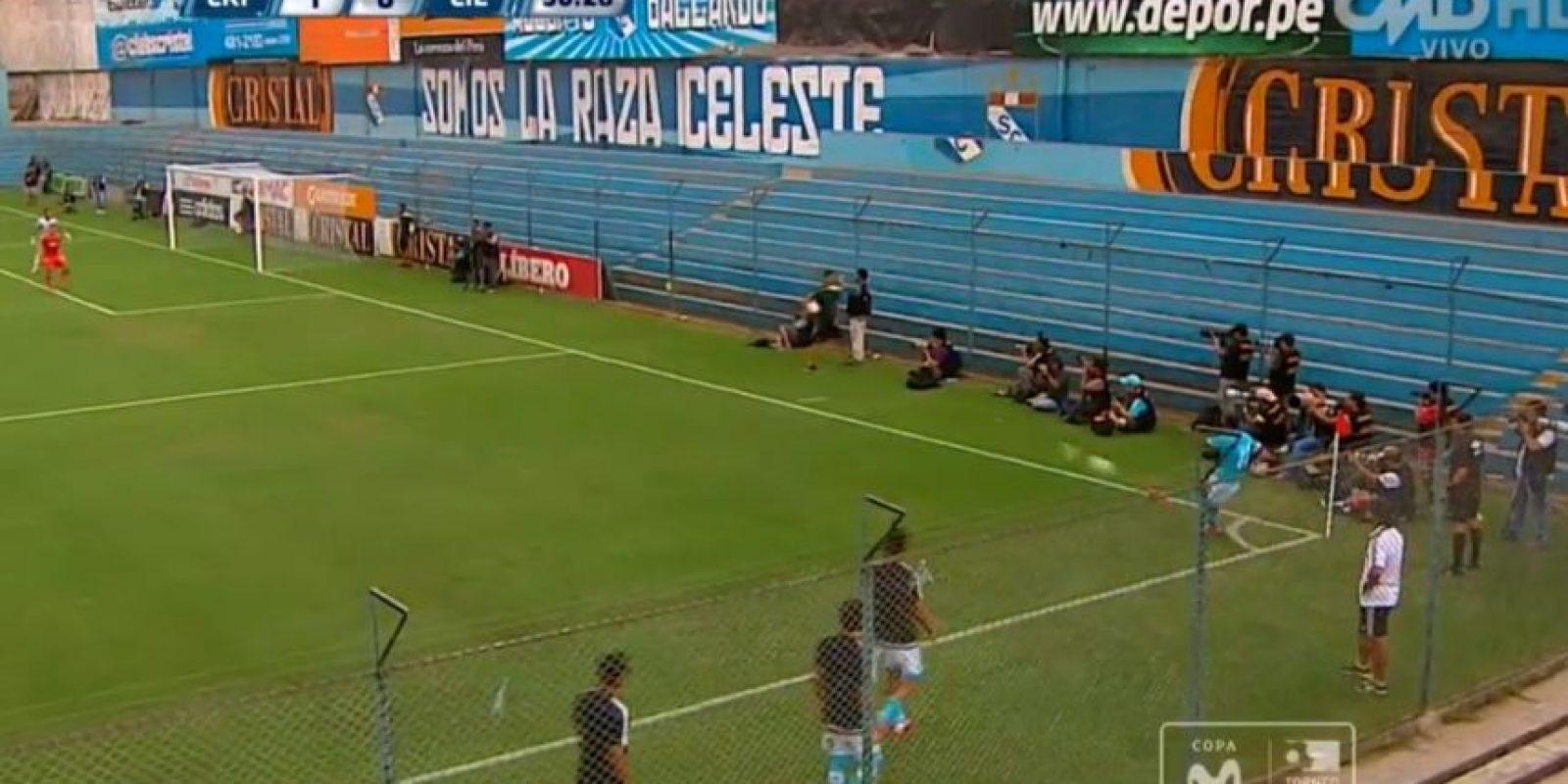 El peruano impactó el balón con tres dedos Foto:Youtube: Claudio Navarro Vargas