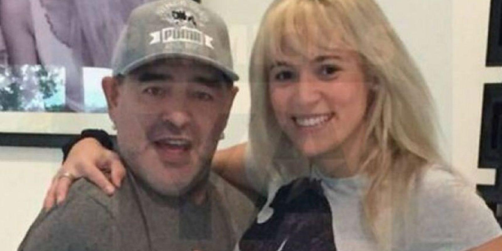 Maradona posó junto a su novia con un rostro más joven debido a la realización de un lifting facial. Foto:Primciias YA