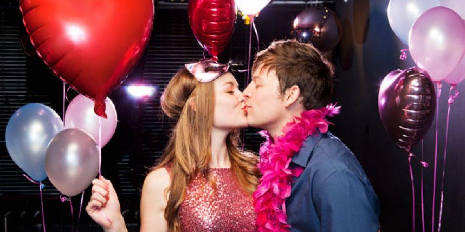 Pareja celebrando el Día de San Valentín Foto:Shutter