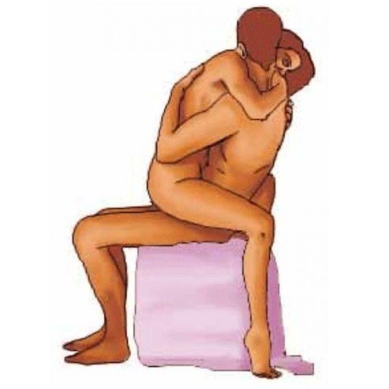 """3. """"La doma"""". El hombre sentado recibe a su pareja, quien se sienta encima de él. Ella puede abrazarlo con las piernas y los brazos. Foto:Kamasutra.ms"""
