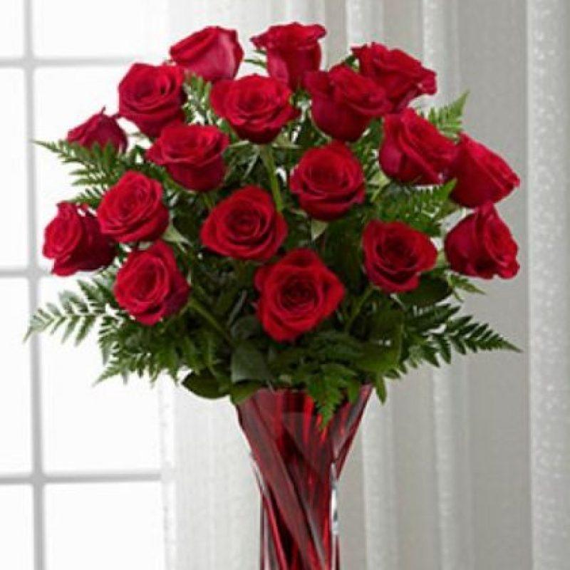 3. Coloca un florero rojo con flores rojas a la entrada de tu casa. Foto:Flornatural.com