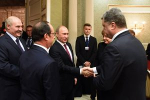 Vladimir Putin (centro) y Petro Poroshenko (derecha) se dan la mano en las negociaciones Foto:AFP