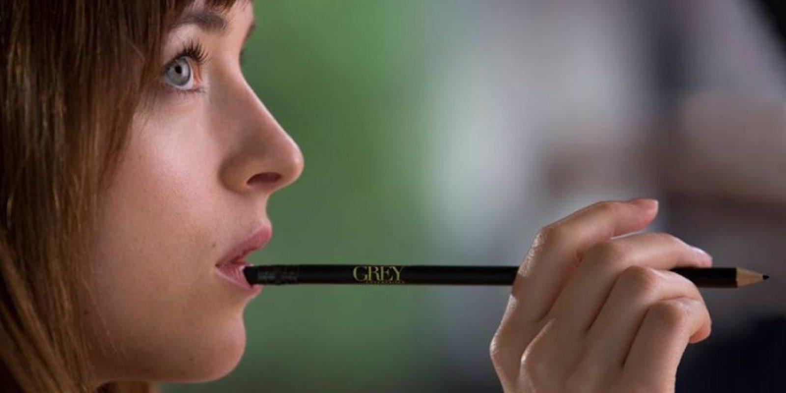 """Esta es la única vez que """"Anastasia"""" muerde un lápiz Foto:Facebook/Fifty Shades of Grey"""