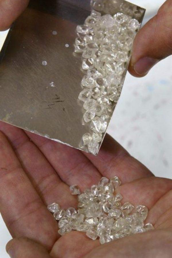 El hombre envió los primeros diamantes a diversos lugares para corroborar su autenticidad hasta que descubrió que eran diamantes finos. Foto:Getty