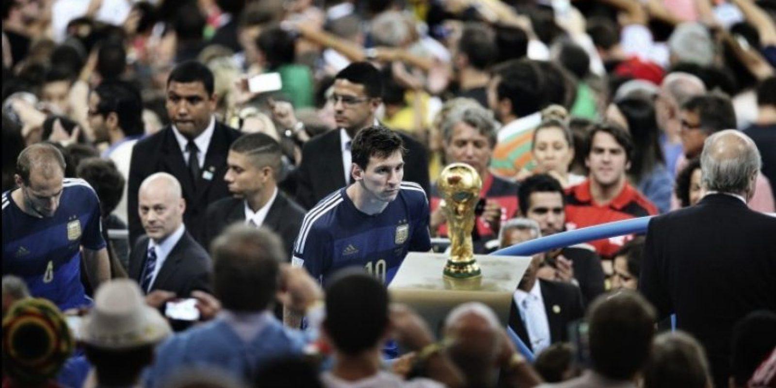 "Primer lugar ""Deportes"": Bao Tailiang, de China, muestra el momento en que Lionel Messi observa la Copa del Mundo. Argentina perdió la final en contra de Alemania 1-0 Foto:World Press Photo 2015"