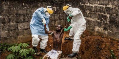 """Primer Lugar, categoría """"Historia en Noticias Generales"""". La fotografía de Pete Muller, de Estados Unidos, muestra a médicos tratando a un hombre que delira debido a que padece Ébola. Ellos tratan de regresarlo al aislamiento del que escapó. Foto:World Press Photo 2015"""