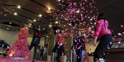 China: Hombres solteros lanzan pétalos para atraer la buena suerte en San Valentín Foto:Getty Images