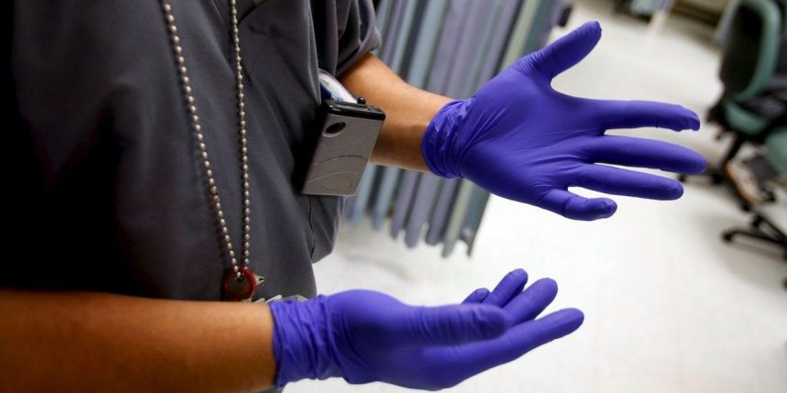Un video de la cámara de seguridad del hospital de Birmingham, en Reino Unido, muestra cómo el hombre yace en el suelo mientras el paramédico le pasa por el lado con las manos metidas en los bolsillos. Foto:Getty