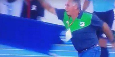 VIDEO: DT latino fue expulsado por aventar una camilla a la cancha