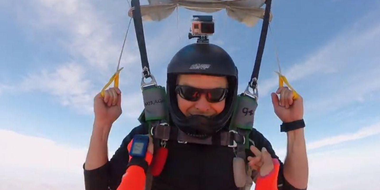 Brandon Strohbehn inclusive se dio el tiempo de proponerle matrimonio a su novia Nicole Nepomuceno mientras realizaban paracaidismo en los cielos de San Diego, California, Estados Unidos. Foto:GoPro