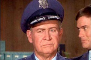 General Martin Peterson (Barton MacLane): Ya entrado en años, McLane es elegido para interpretar al general Peterson en ´Mi bella genio´ en 1965. En total intervino en 35 episodios de la serie hasta 1969. Tres de esos episodios se emitieron tras su fallecimiento. Tenía 66 años Foto:NBC