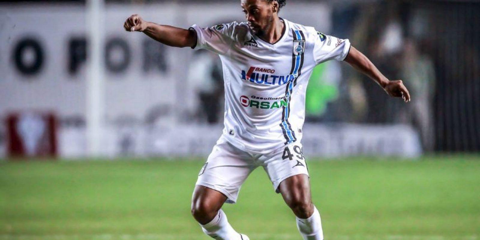 Aún así la gente lo adora y paga un boleto para verlo jugar Foto:Facebook: Ronaldinho Gaúcho