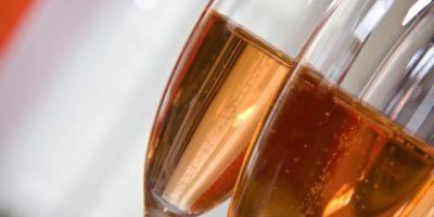 Todo el alcohol tiene un toque afrodisiaco, menciona Brooke Lewis, experto en citas. Foto:Wikimedia