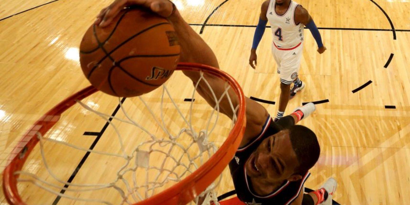 Russell Westbrook entrando con todo a la canasta Foto:Getty Images