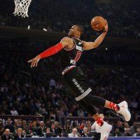 Russell Westbrook volando. El base de Oklahoma City Thunder fue elegido el MVP del encuentro Foto:AP
