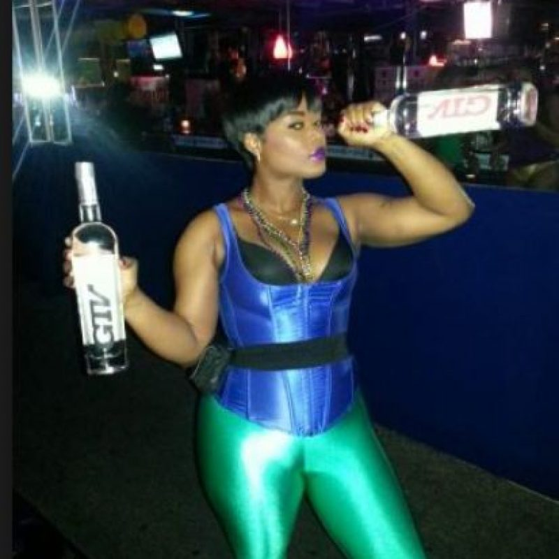 Ella golpeó a Jones con una botella Foto:Twitter