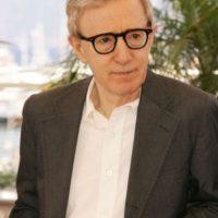 Woody Allen: Después de divorciarse de su esposa, la actriz Mia Farrow, la mujer lo demandó por haber violado a su hija Dylan. Allen se defendió diciendo que Mia estaba celosa por su relación con Soon Yi, hija adoptiva de la actriz Foto:Getty Images