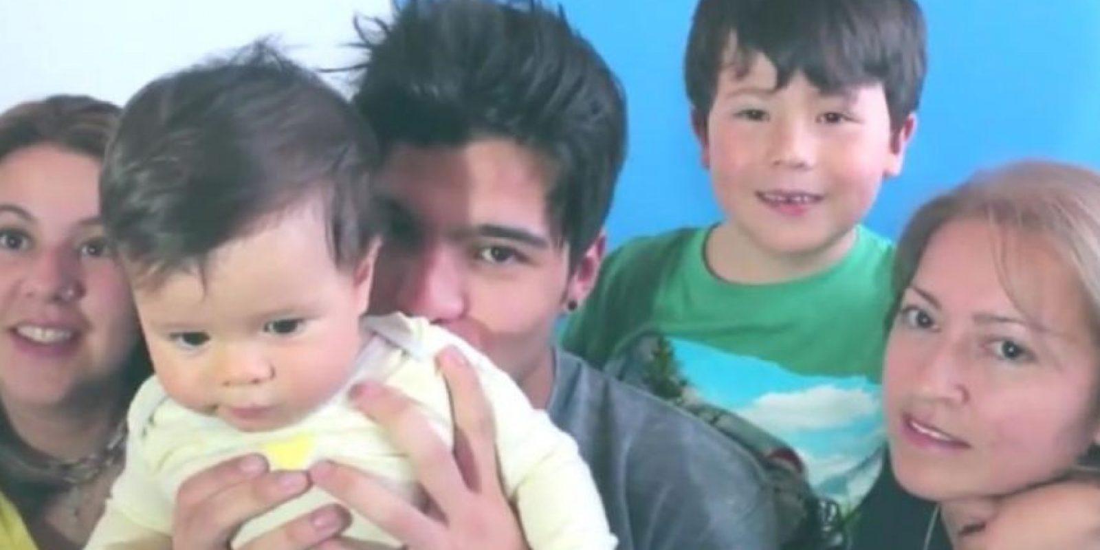 Villalobos al final presentó a su familia, amorosa y normal. Foto:Youtube/Sebastián Villalobos