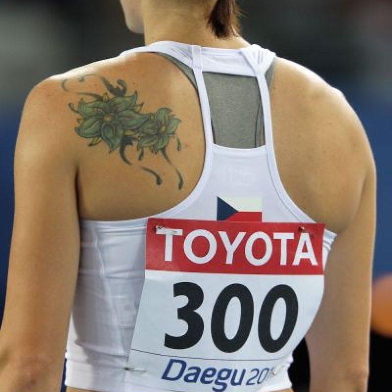 Denisa Rosolová se hizo unas flores en la parte superior izquierda de su espalda. Foto:Getty Images
