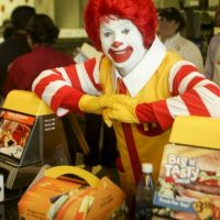 "1 de junio – McDonald's introduce la ""Cajita Feliz"" en Estados Unidos Foto: Getty Images"